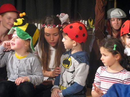 Kinder und Erwachsene beim gemeinsamen Theaterspiel